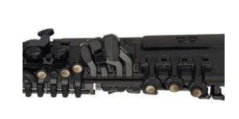 la positions des clés identiques à un saxophone acoustique